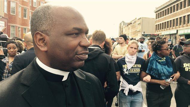 Le pasteur Terrance Priester, au milieu des manifestants à Baltimore.
