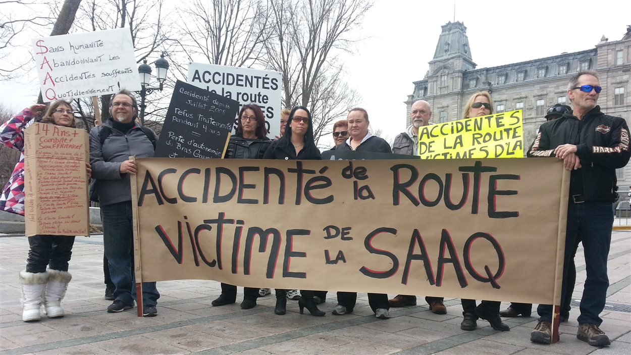 Des accidentés de la route manifestent contre la SAAQ devant l'Assemblée nationale.