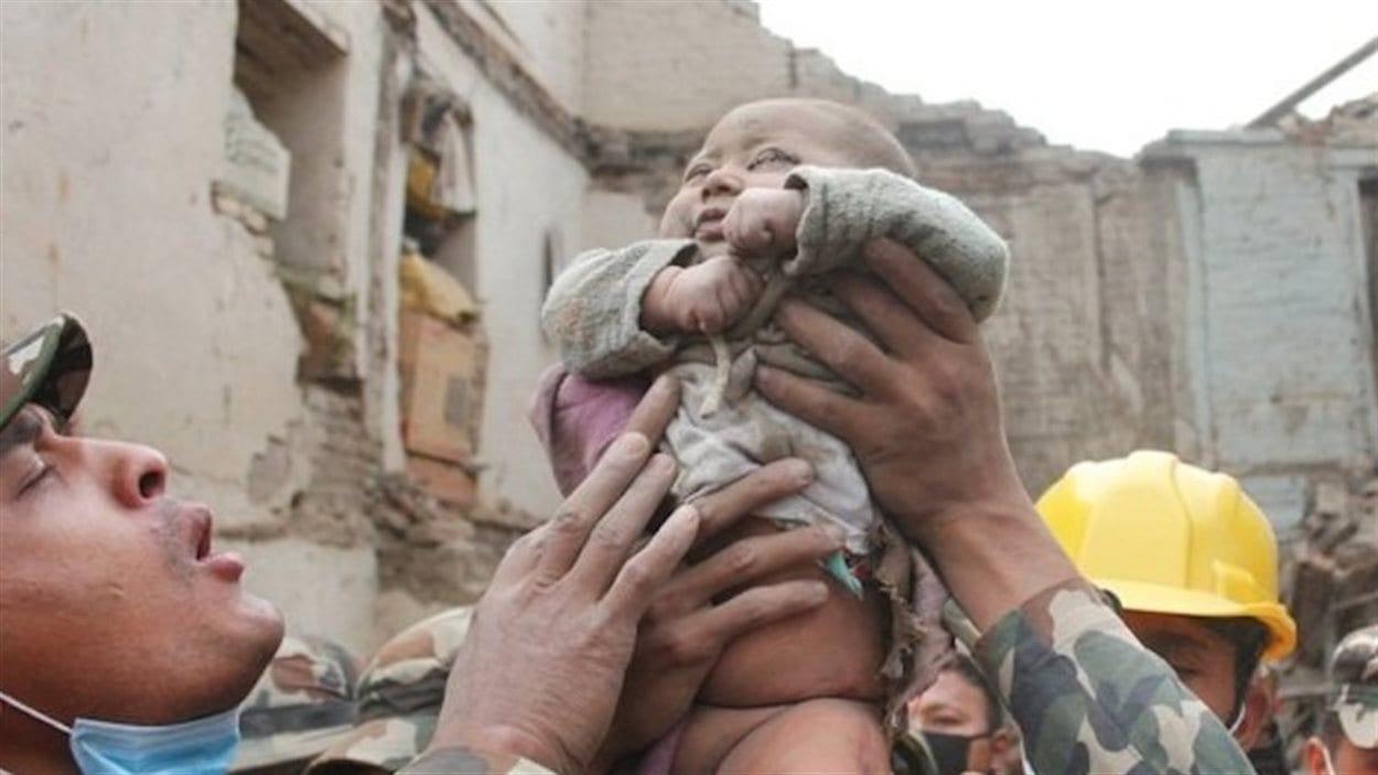 Selon Kathmandu Today, ce bébé de quatre mois a été extirpé des décombres d'un immeuble de Bhaktapur, après y être resté au moins 22 heures.