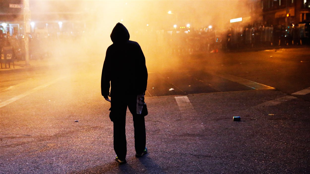 Un manifestant dans les rues de Baltimore