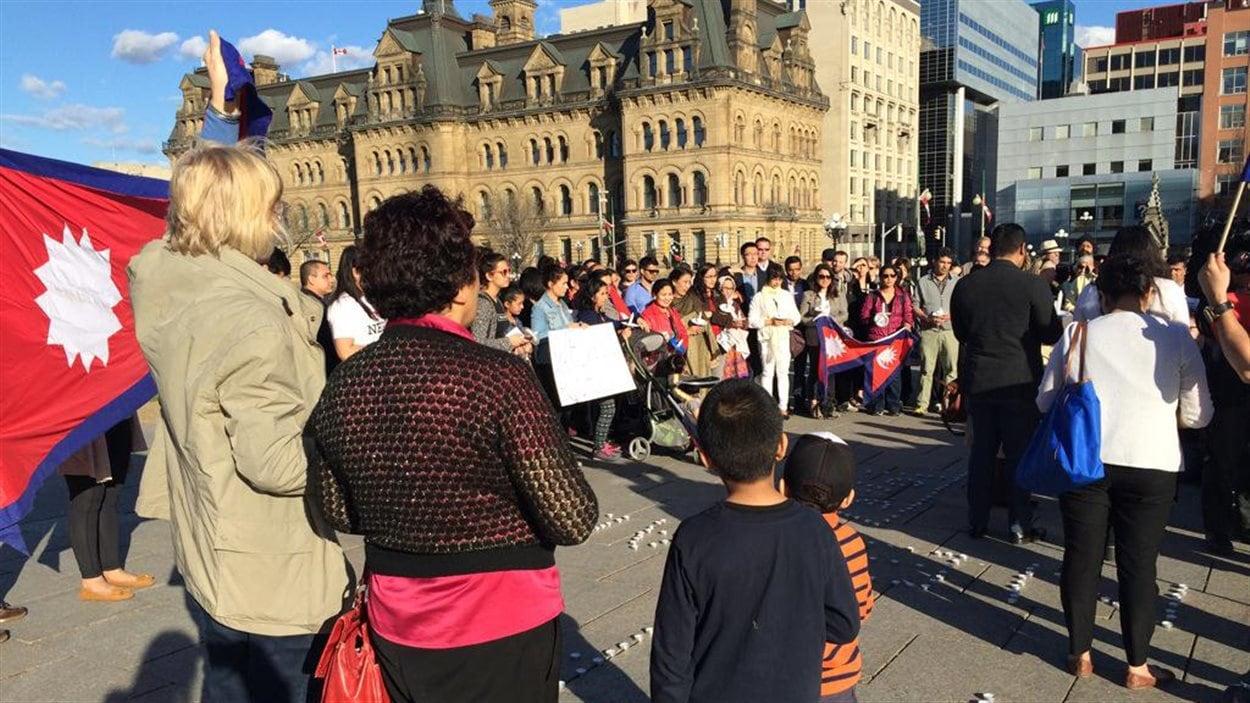 Une centaine de personnes se sont rassemblées sur la colline du Parlement, en mémoire des victimes du tremblement de terre au Népal.