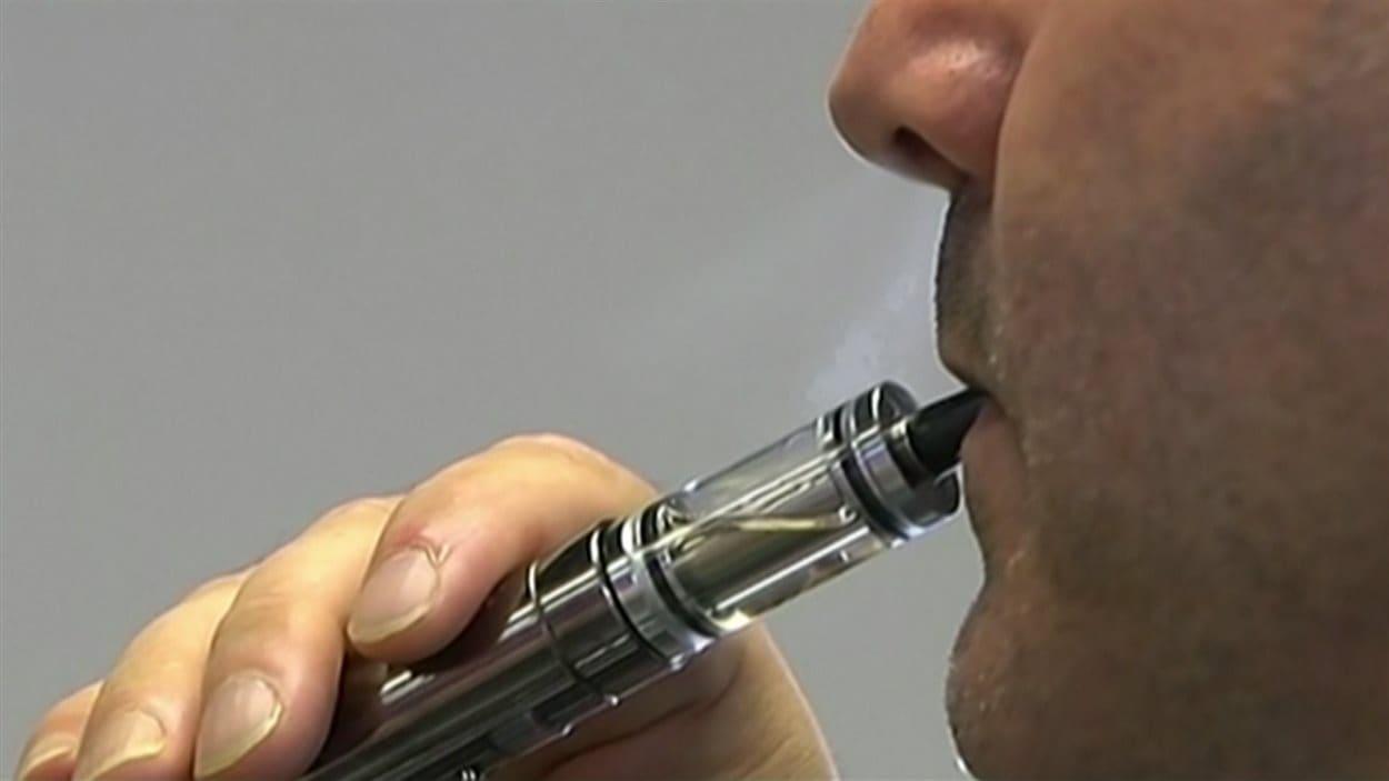Un adepte de la cigarette électronique