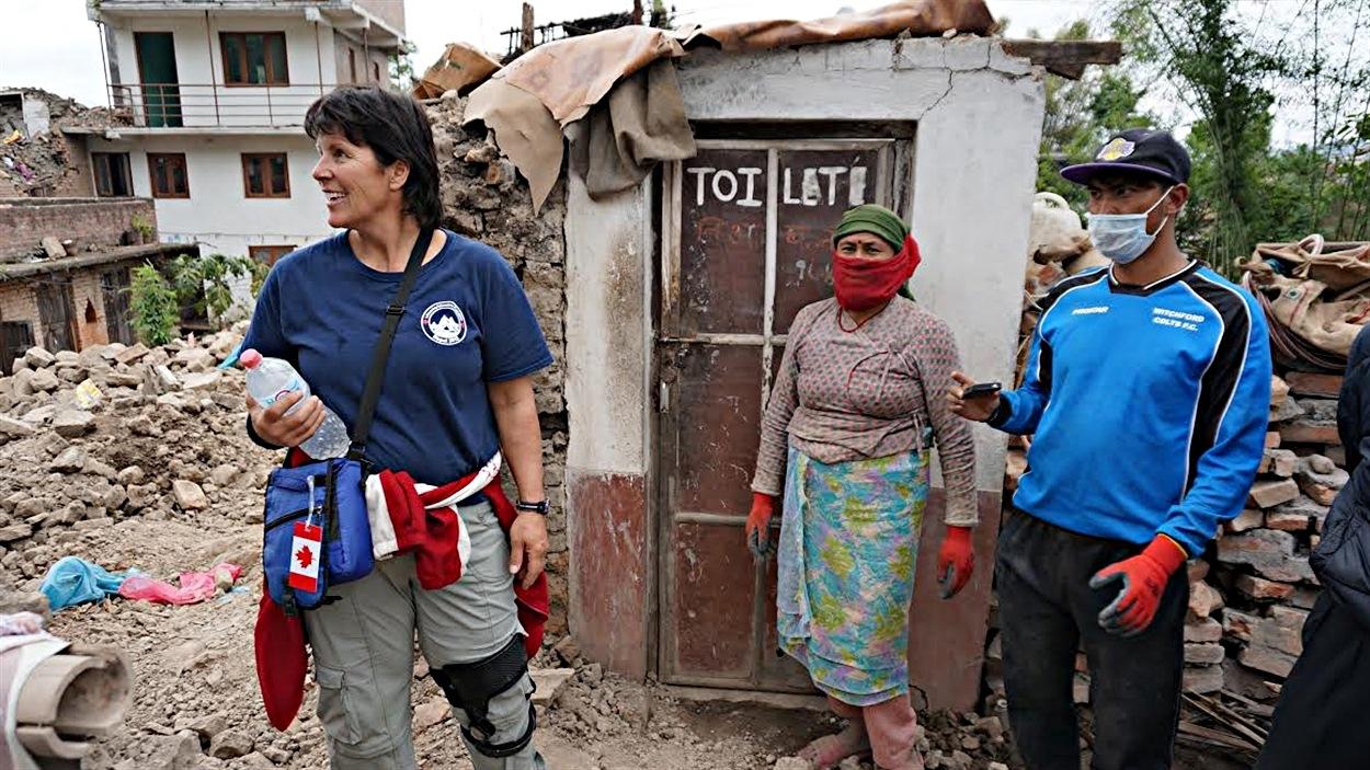 Ginette Traversy avec des habitants de Langol