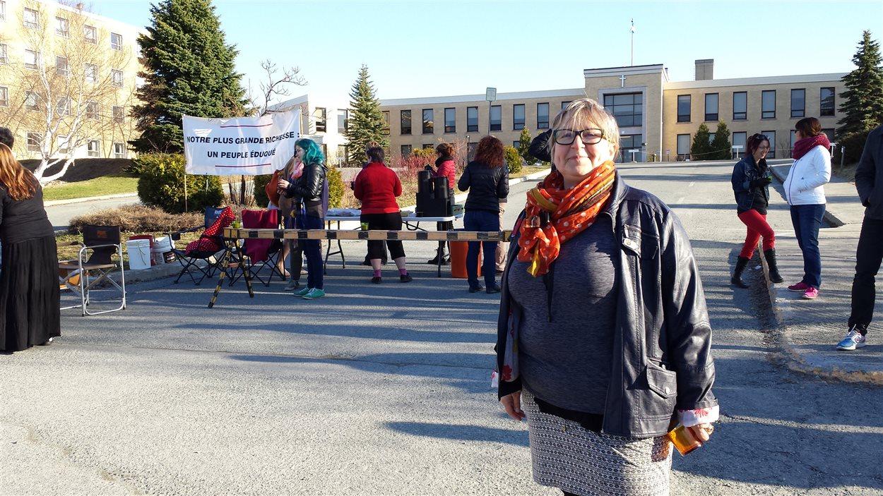 Sylvie Nicole, présidente du Syndicat des enseignantes et enseignants du Cégep de l'Abitibi-Témiscamingue, ainsi que les membres de son syndicat, défient l'ordonnace émise par la Commission des relations de travail