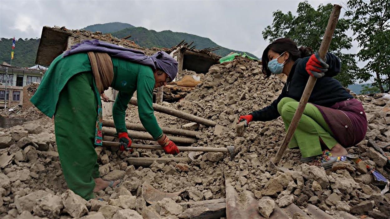 Des habitants de Langol travaillent à la reconstruction de leur village