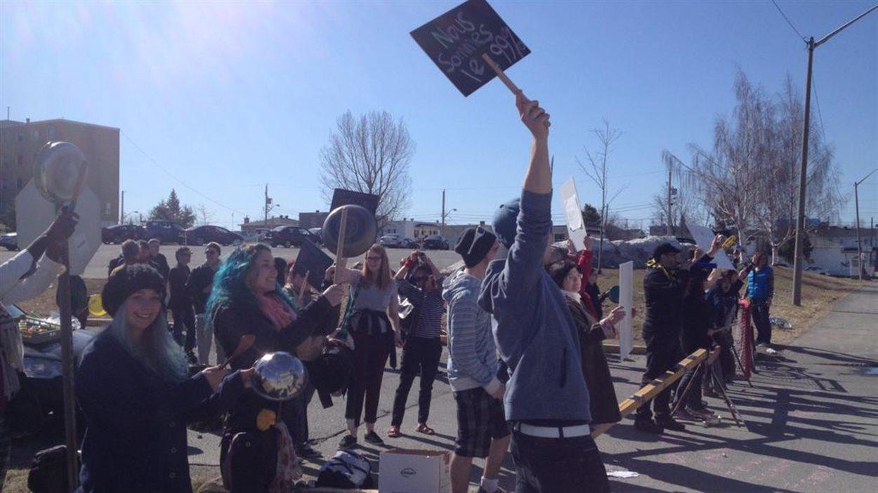 Des étudiants du Cégep de l'Abitibi-Témiscamingue manifestent avec les professeurs en grève