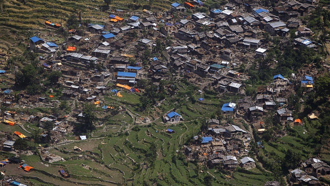 Vue aérienne de maisons endommagées par le séisme au Népal, près de Sirdibas.