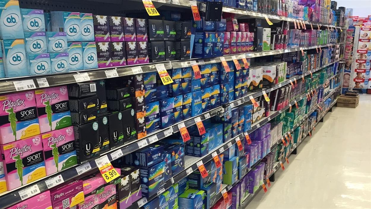 Une allée de produits sanitaires dans une pharmacie.