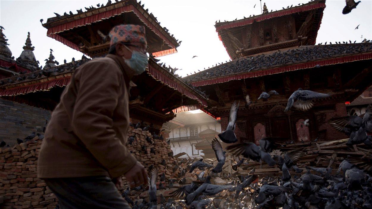 Un homme dans les décombres à Katmandou.