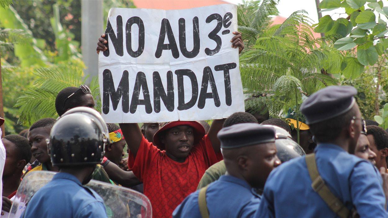 Des milliers de personnes contestent la décision de M. Nkurunziza de briguer un troisième mandat.