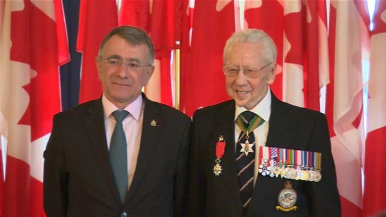 L'ambassadeur de France au Canada Nicolas Chapuis et le vétéran Howard Leyton-Brown.