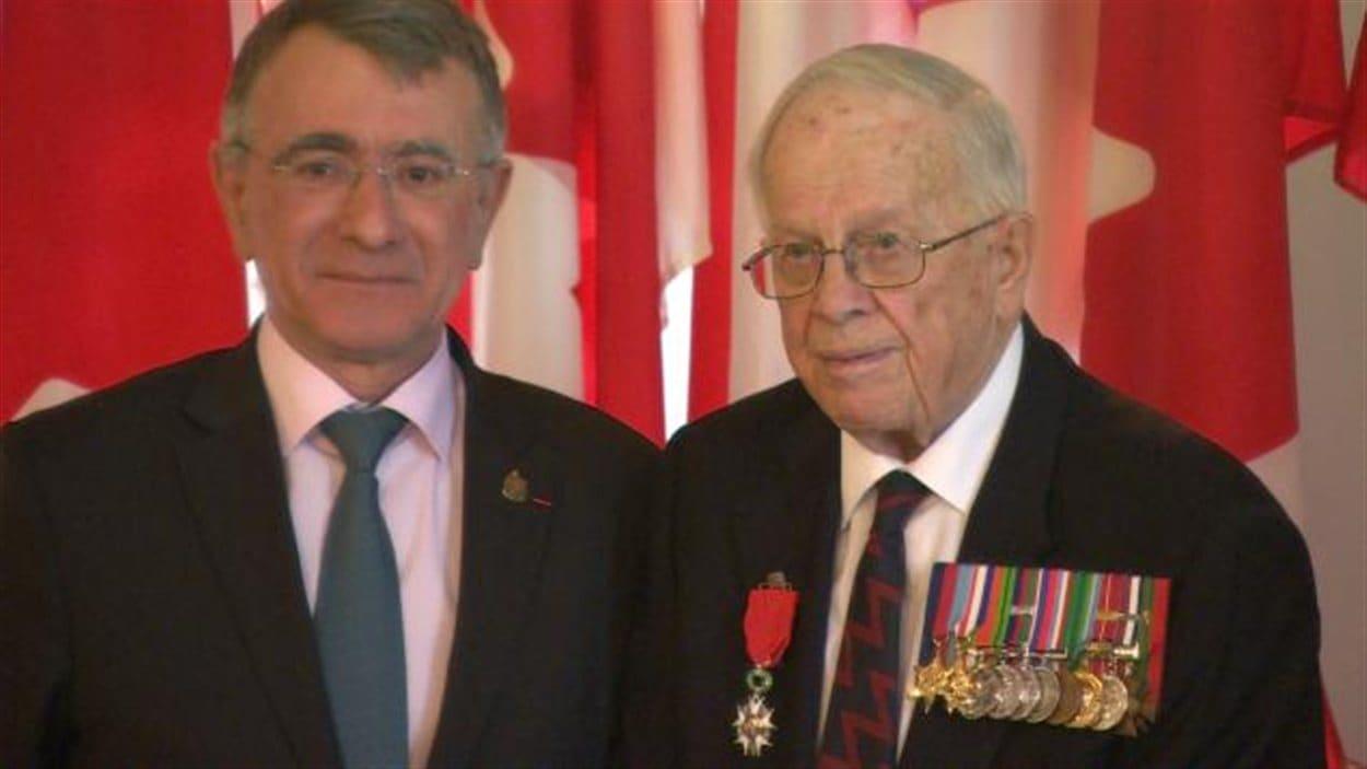 L'ambassadeur de France au Canada Nicolas Chapuis et le vétéran John Milani.