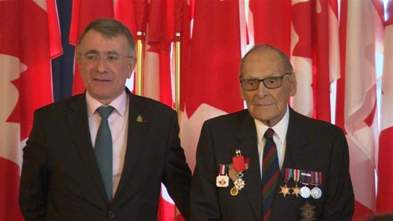 L'ambassadeur de France au Canada Nicolas Chapuis et le vétéran James Bennett