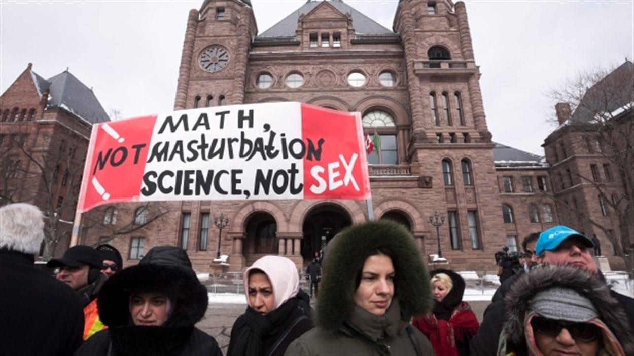 Manifestation de l'Assemblée législative provinciale à Toronto contre le nouveau programme d'éducation sexuelle