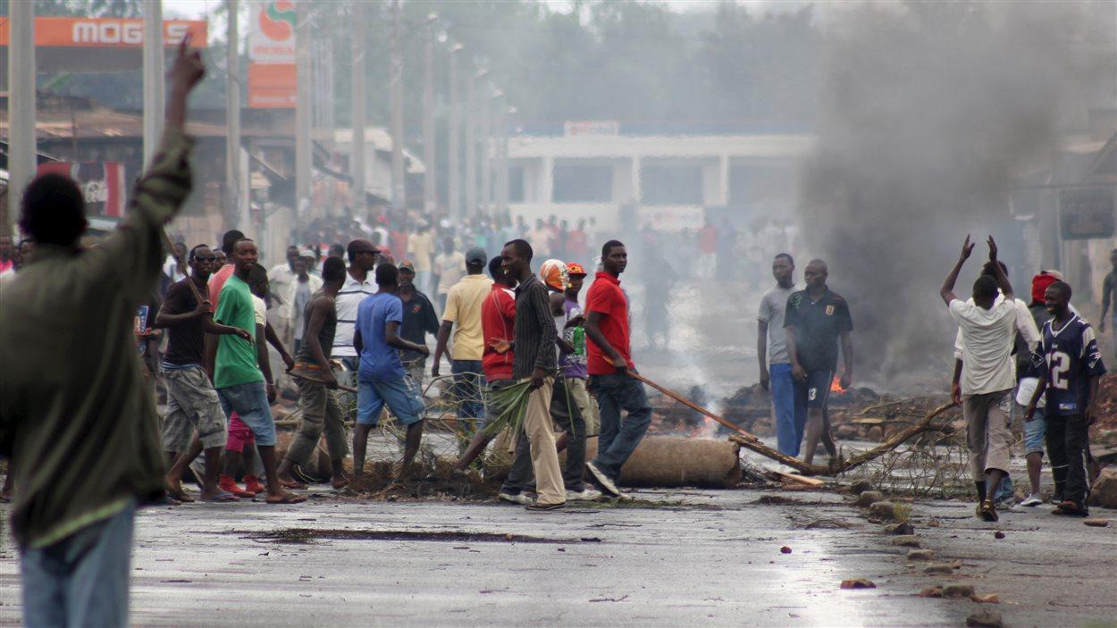 Des milliers de Burundais manifestent pour contester la décision du président Pierre Nkurunziza de briguer un troisième mandat.