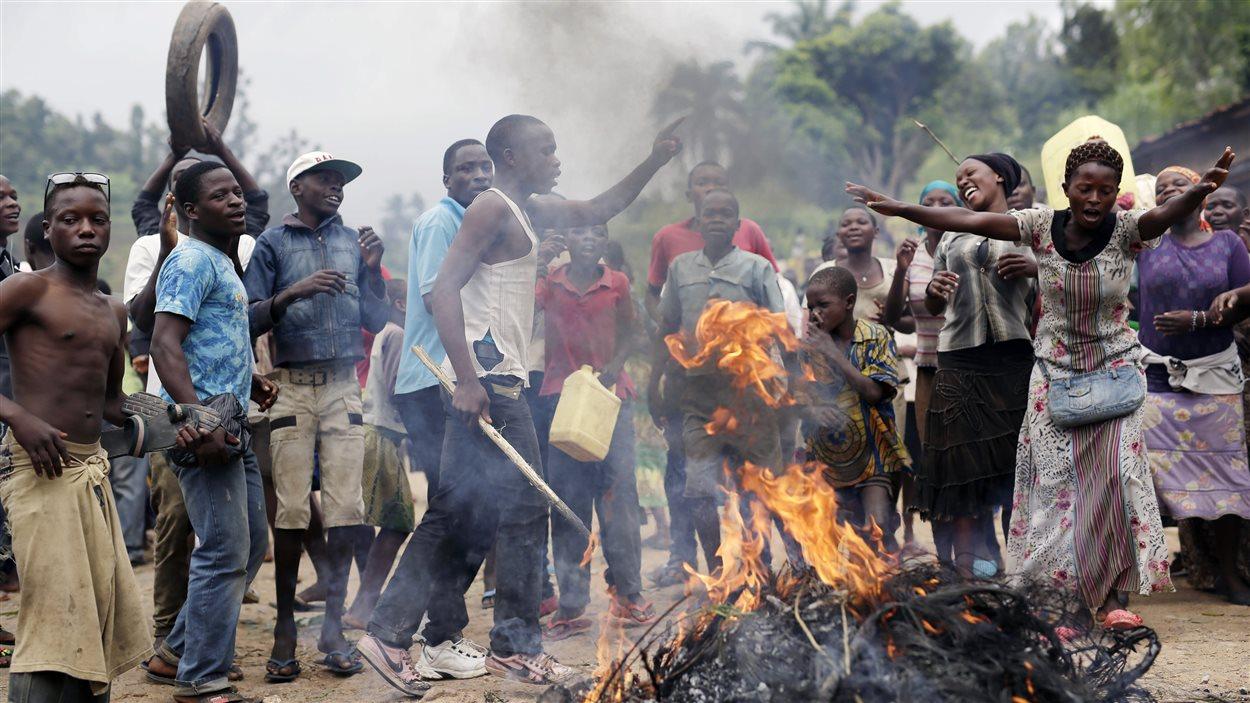 Les manifestants bloquent une route du village de Rwenza. Ils soutiennent que la légalité de la candidature du président contrevient aux accords de paix qui ont mis fins à la guerre civile.