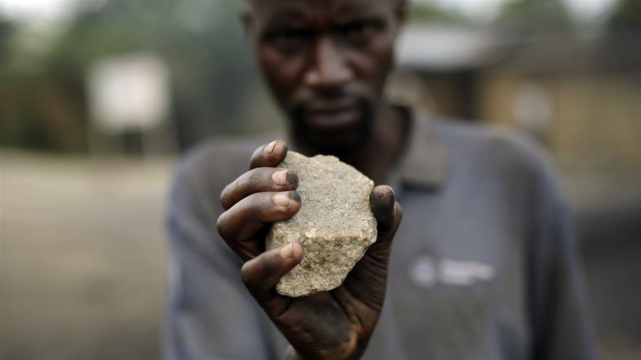 Les manifestants s'arment de pierres alors que le vice-président de la cour constitutionnelle a fui au Rwanda. Les manifestations de lundi ont fait deux morts.