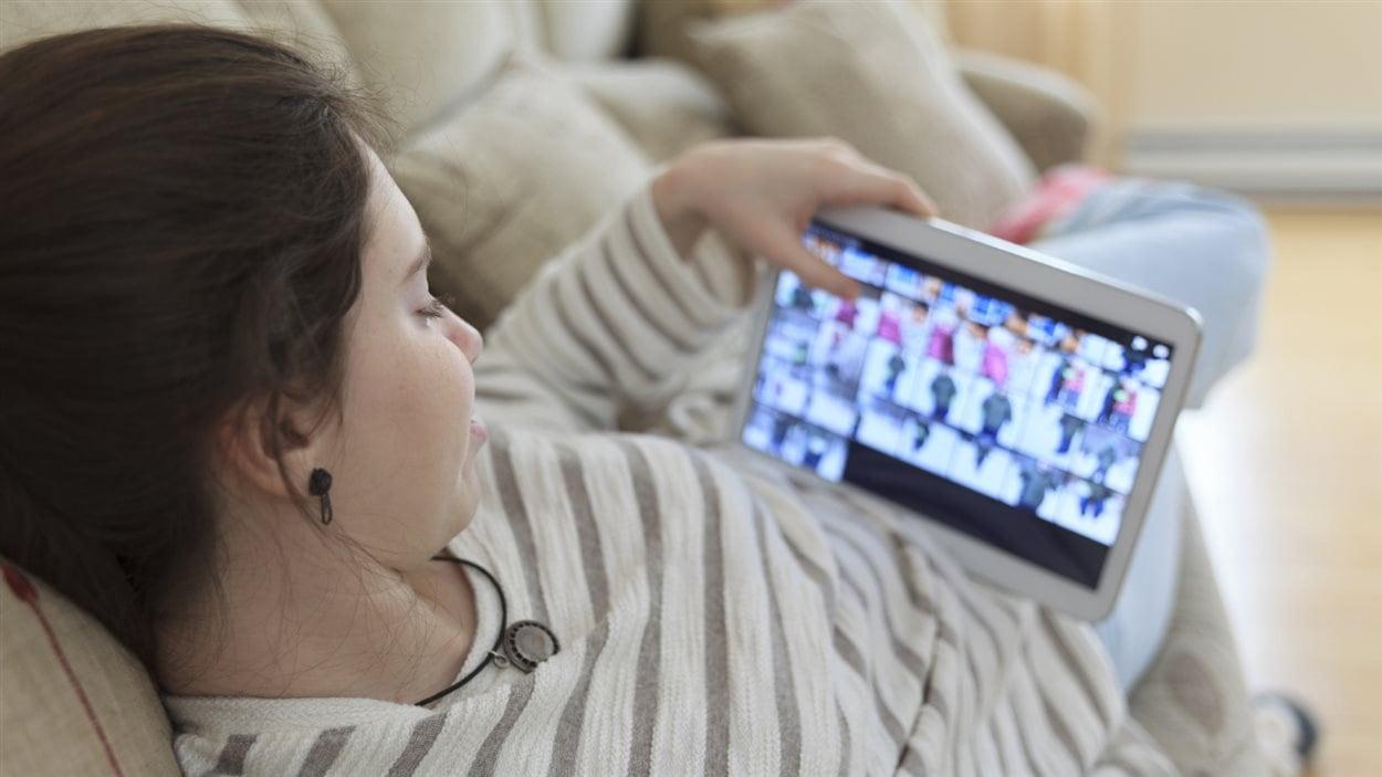 Une adolescente devant son écran de tablette