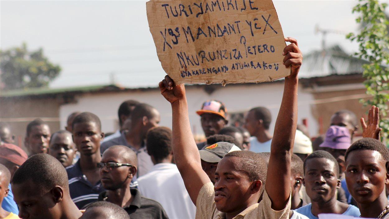 Un manifestant brandit une pancarte pour démontrer son opposition à la décision de la cour constitutionnelle du pays qui a accepté la candidature du président Pierre Nkurunziza.