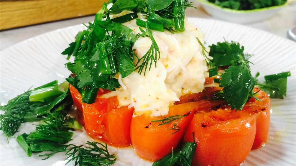 Salade de crabe aux herbes et tomates cœur de bœuf grillées
