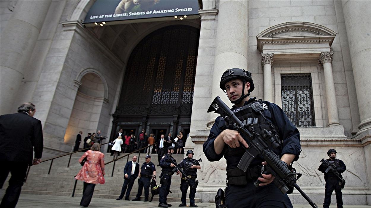 Un policier monte la garde devant le Musée américain d'histoire naturelle de New-York, où se tenait le gala du PEN