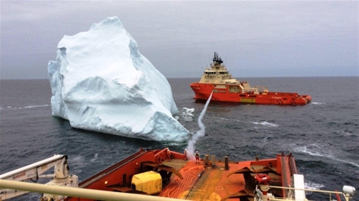 Cette photo montre comment des navires d'Atlantic Towing, une succursale de J.D.Irving, s'y prennent pour déplacer des icebergs dans l'Atlantique Nord