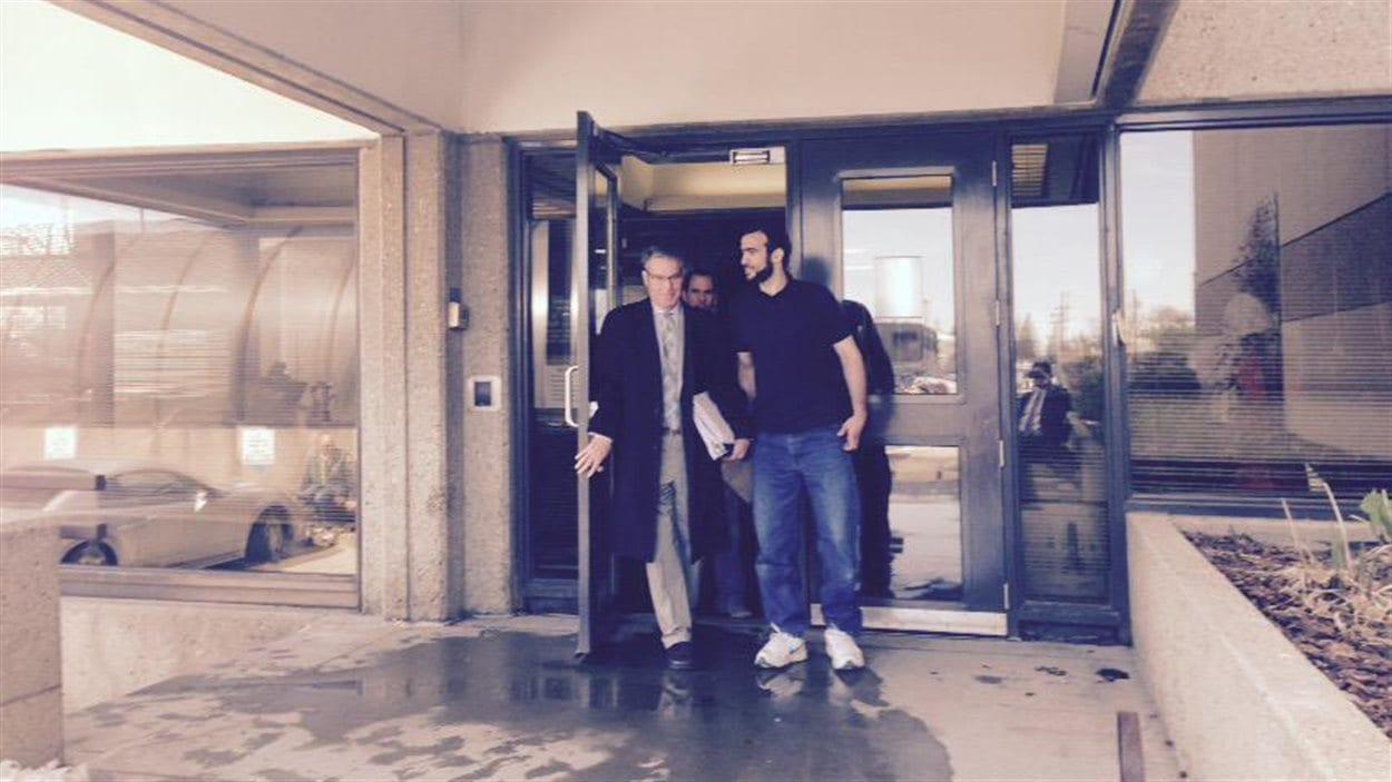 Omar Khadr en compagnie de son avocat à la sortie du palais de justice d'Edmonton