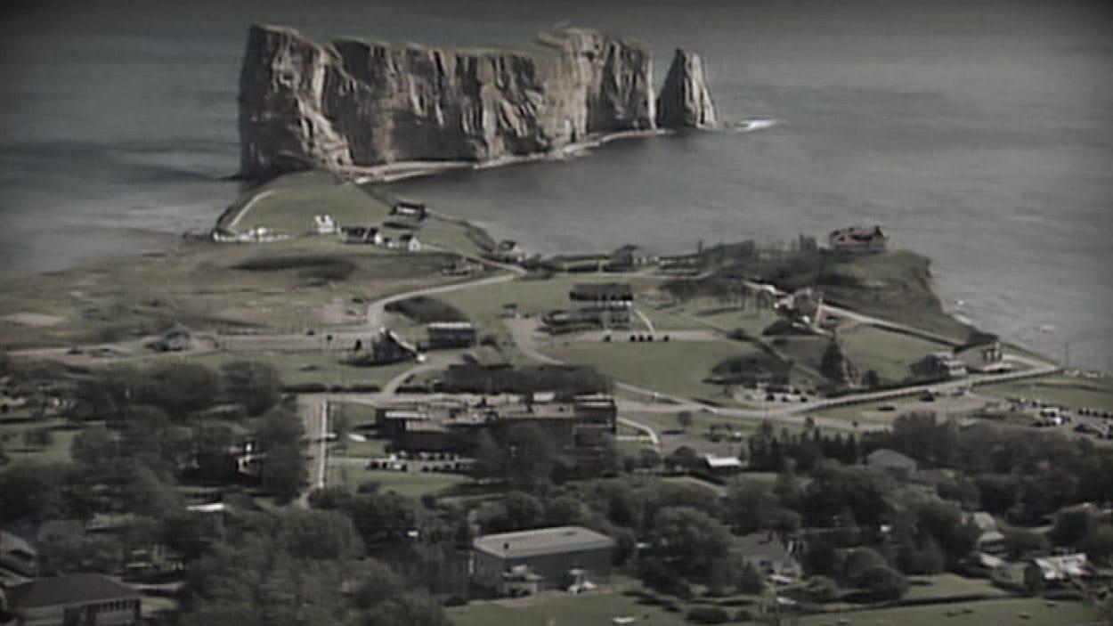 Le célèbre rocher Percé, une partie de la ville et la prison