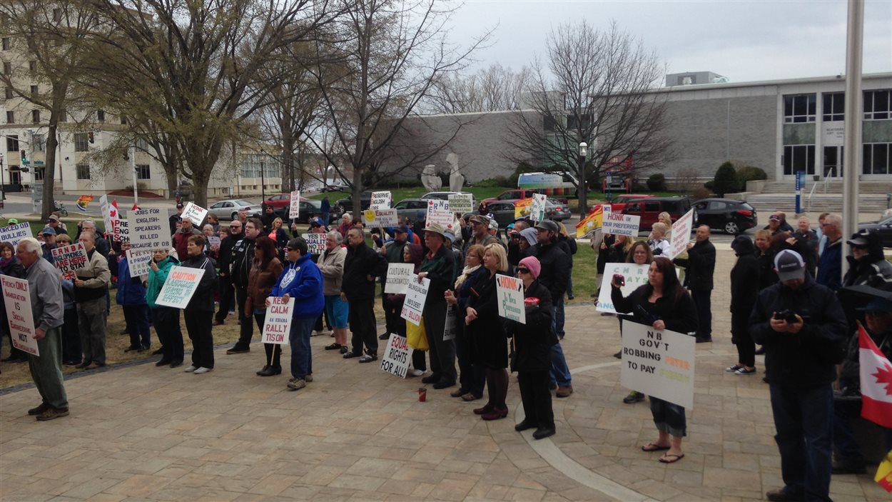 Manifestation anti-bilinguisme à Fredericton.
