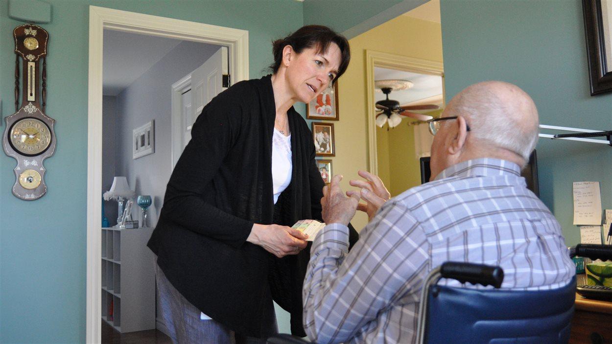 Dr Debora Andriuk rencontre un patient âgé à domicile, ce qui lui évite d'être hospitalisé cette fois-ci