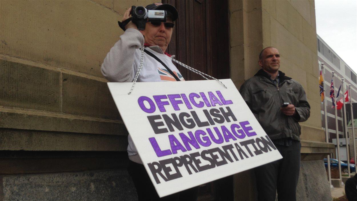 une manifestante antibilinguisme.