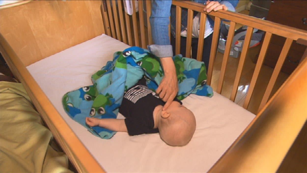 Un bébé, atteint d'un problème de surdité