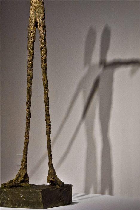 L'ombre de la statue «L'homme au doigt», d'Alberto Giacometti, estimé à 130 millions $.