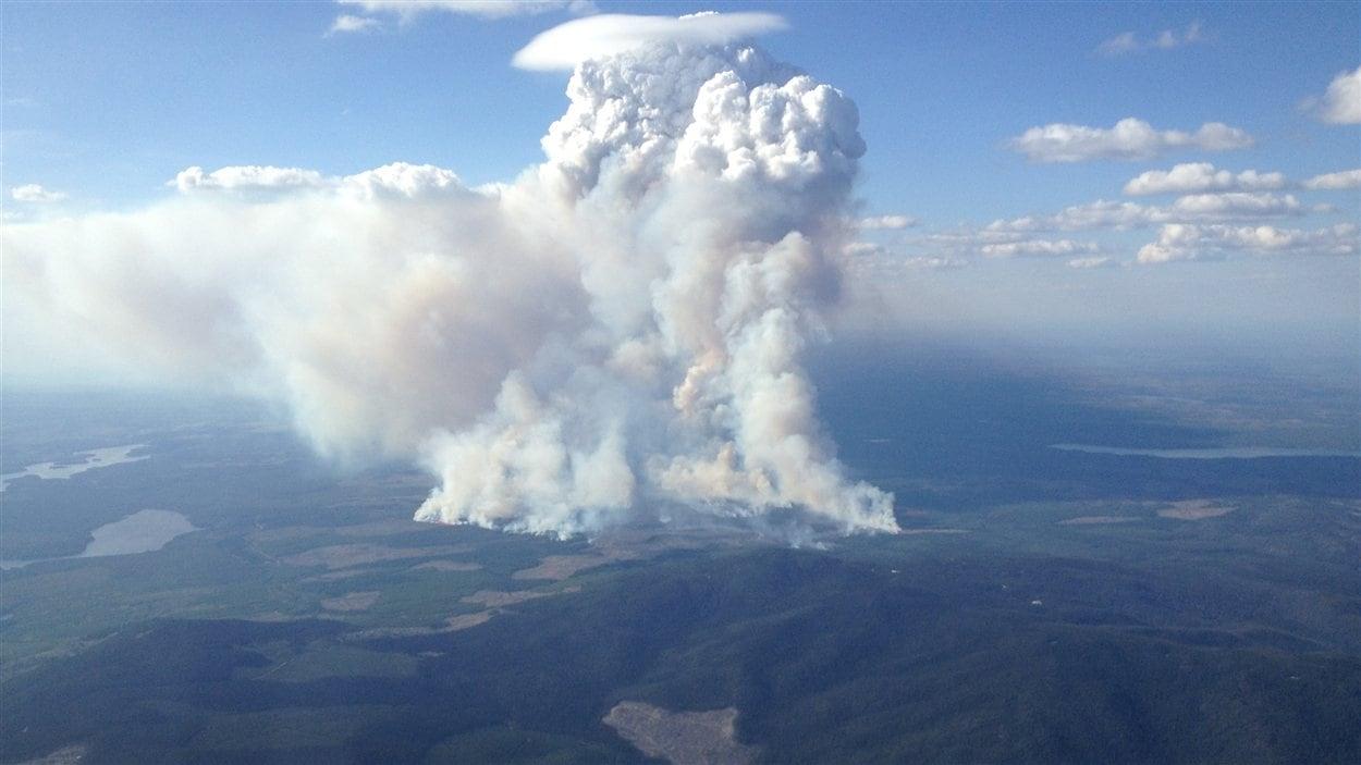 Photo aérienne du feu de forêt près du lac Bobtail.