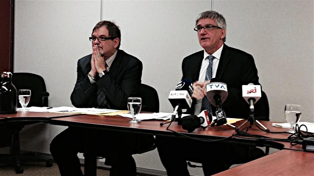Le conseiller aux affaires cliniques et médicales du CISSSO, Guy Morissette (à g.), et le PDG de l'organisme, Jean Hébert (à dr.), en conférence de presse. (12-05-15)