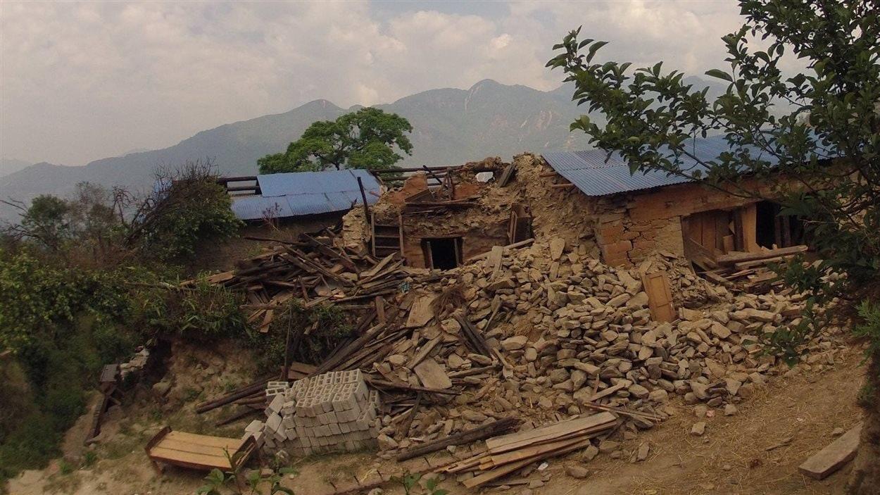 Maison en ruines avec montagnes en arrière-plan