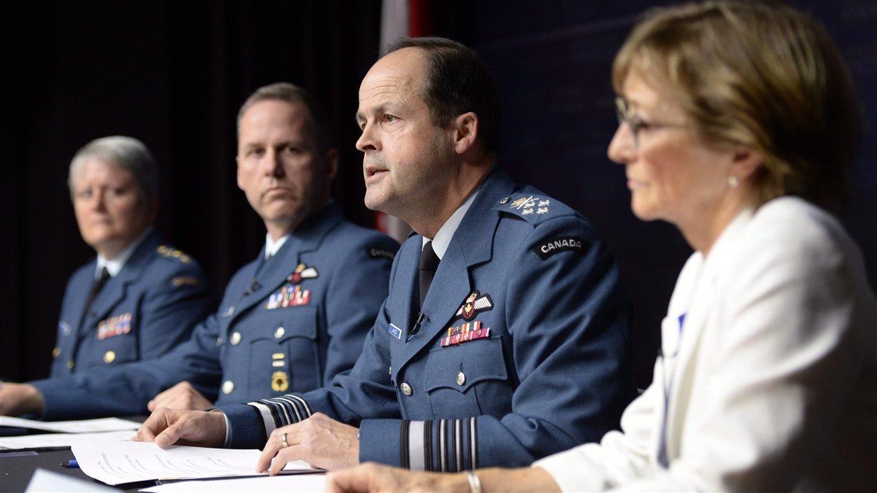 Le général Tom Lawson (troisième à partir de la gauche), en conférence de presse, le 30 avril, en compagnie de la major générale Christine Whitecross (première à gauche) et de la juge à la retraite Marie Deschamps (à droite)