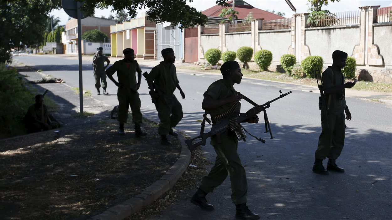 Des soldats fidèles au président Nkurunziza dans les rues de Bujumbara, jeudi. En arrière-plan, un soldat git au sol.