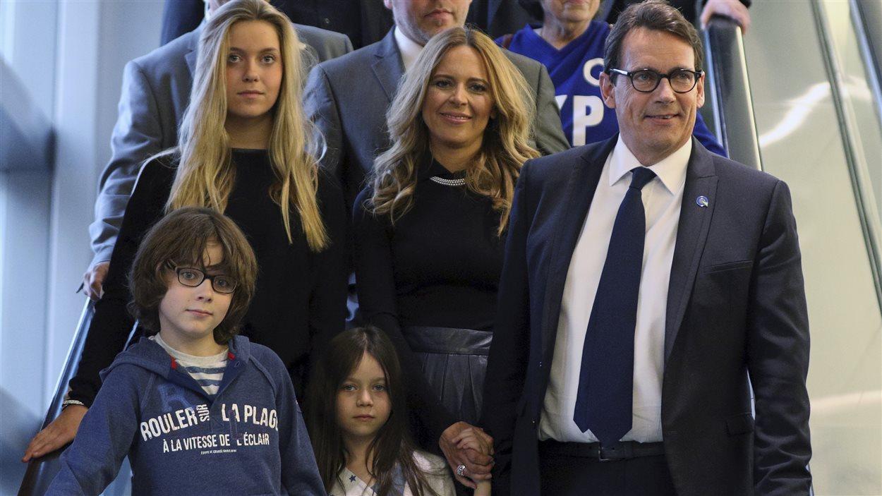 Pierre Karl Péladeau, sa conjointe Julie Snyder, et leur trois enfants, Marie, Thomas et Romy, à leur arrivée au Centre des congrès de Québec, vendredi soir.