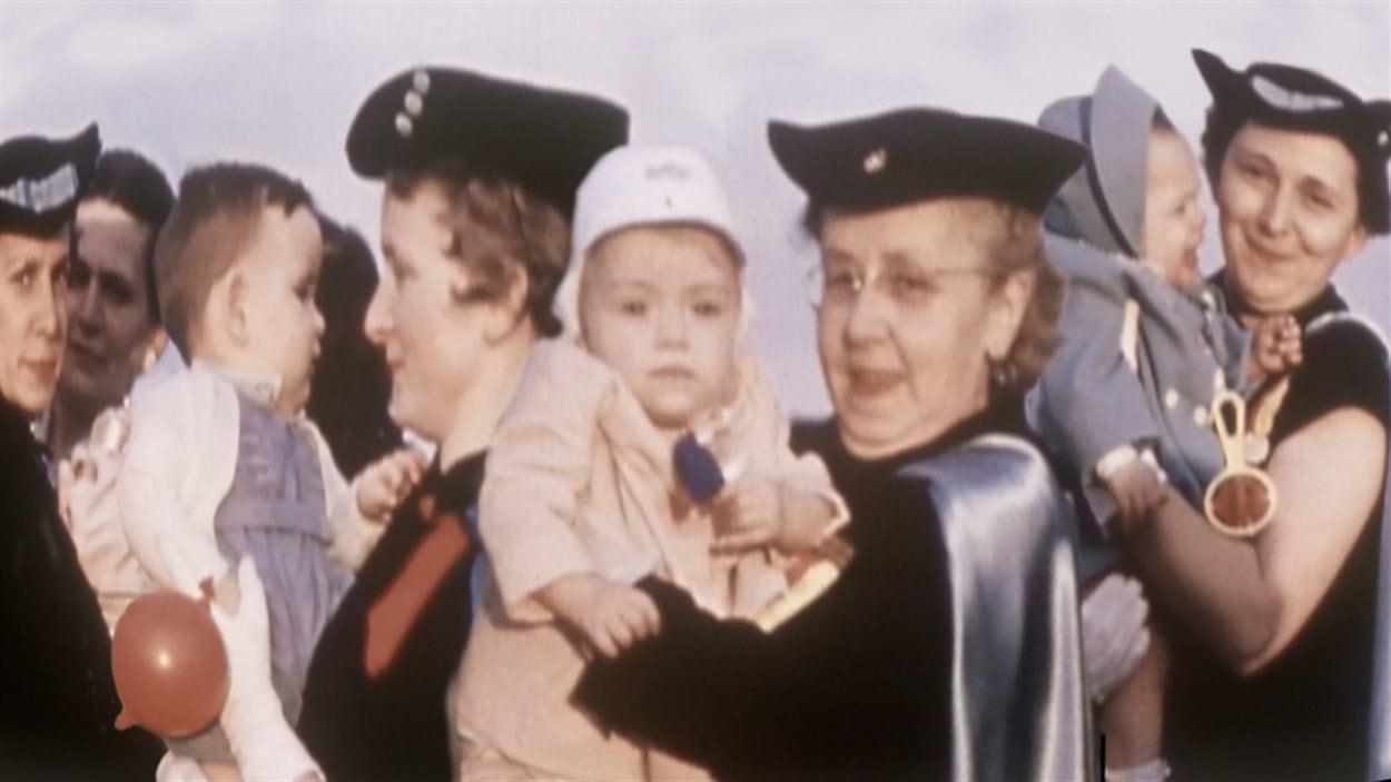Des bénévoles prennent en mains de jeunes bébés à adopter