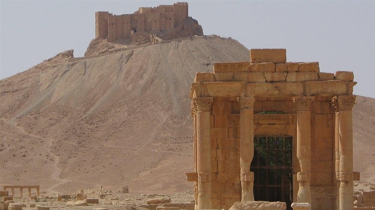 Le sanctuaire phénicien de Baalshamin avec le château arabe en arrière-plan, en Syrie