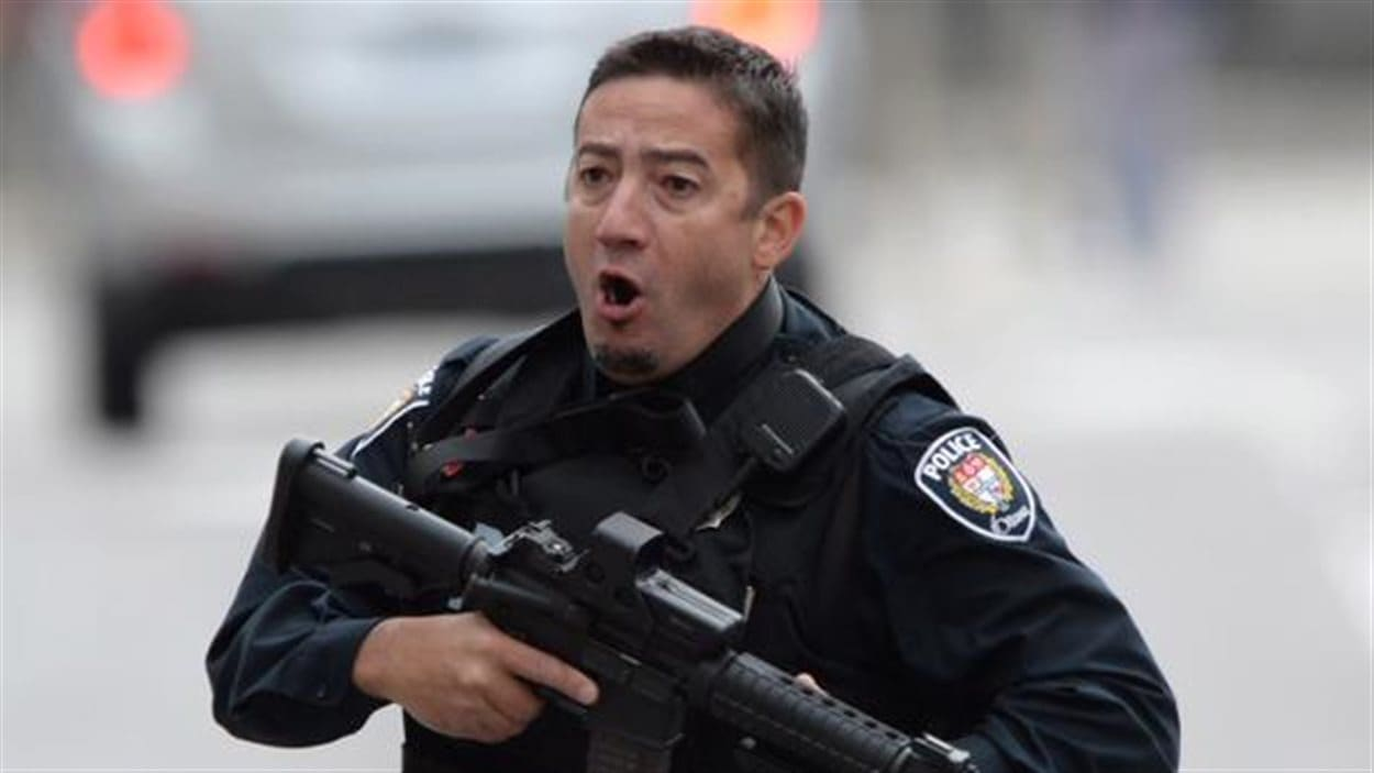 Un policier d'Ottawa en action dans la capitale fédérale, le 22 octobre 2014.