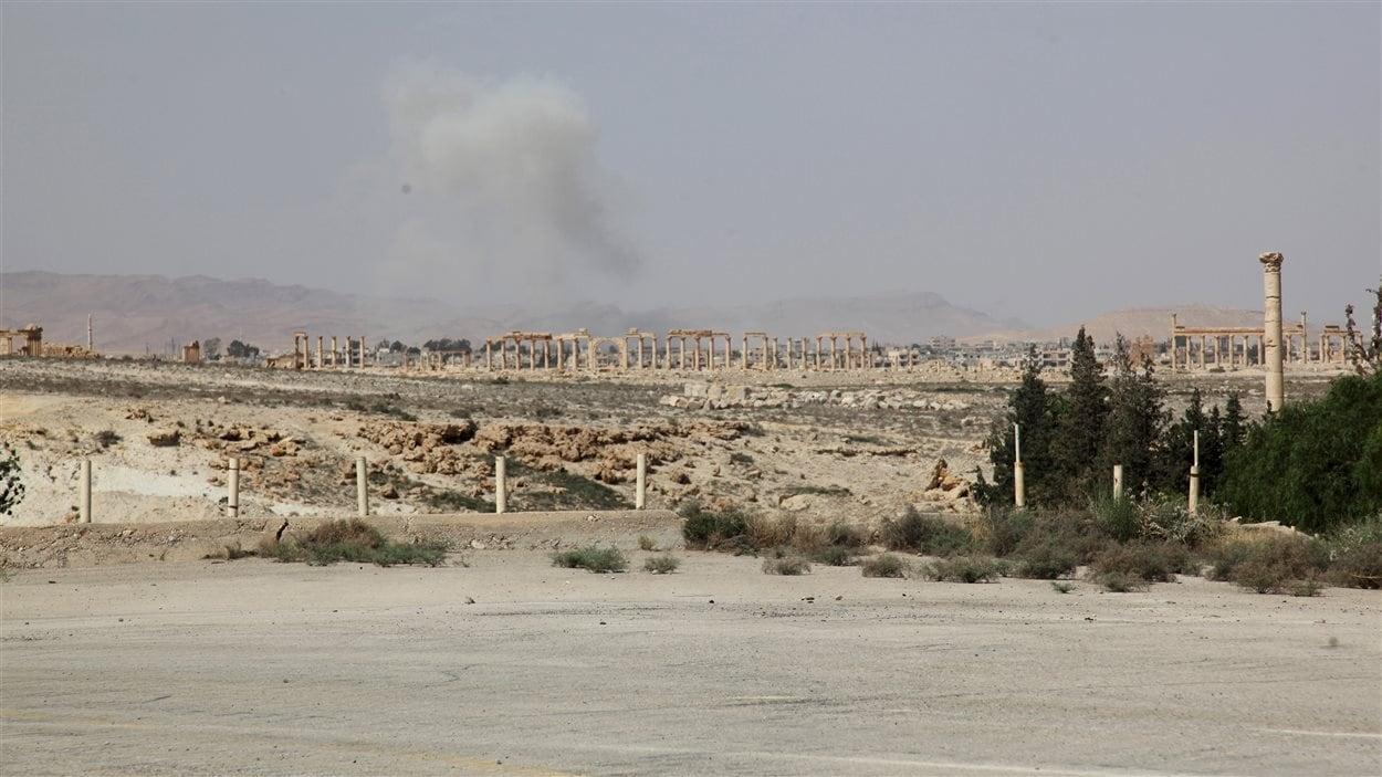 De la fumée vue au-dessus de la ville de Palmyre.