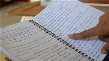 Marthe Tcheby documente dans un carnet toutes les étapes de son projet d'immigration