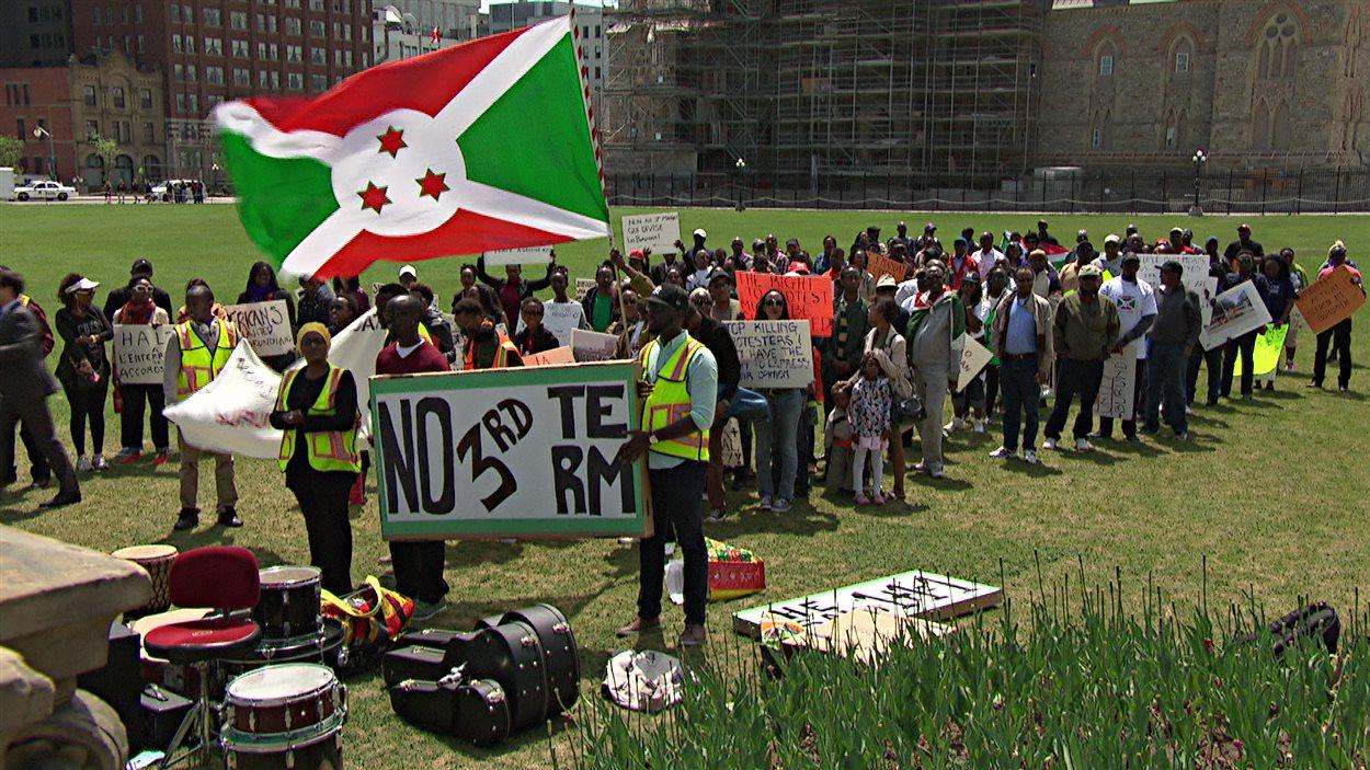 Une centaine de personnes ont manifesté à Ottawa pour dénoncer les actes du président du Burundi.