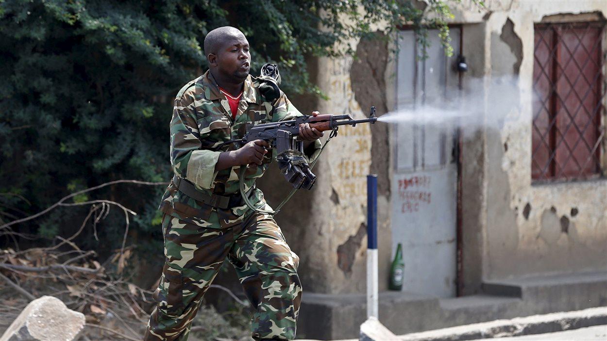 Un soldat utilise son arme durant les manifestations de lundi.