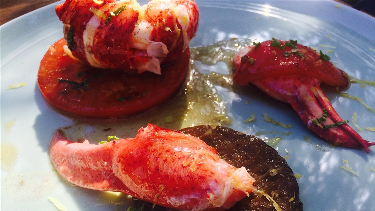 Salade de homard, d'aubergines et de tomates confites à la coriandre