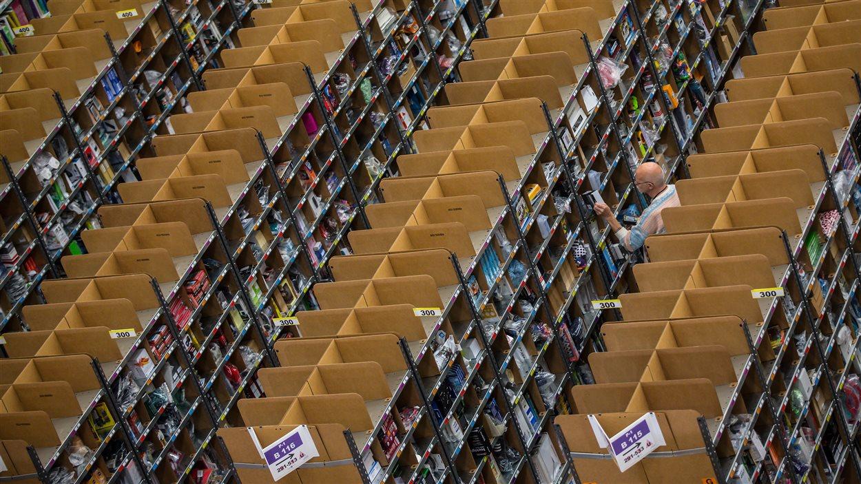 Un employé d'Amazon prépare une commande dans l'entrepôt de l'entreprise à Brieselang, en Allemagne.