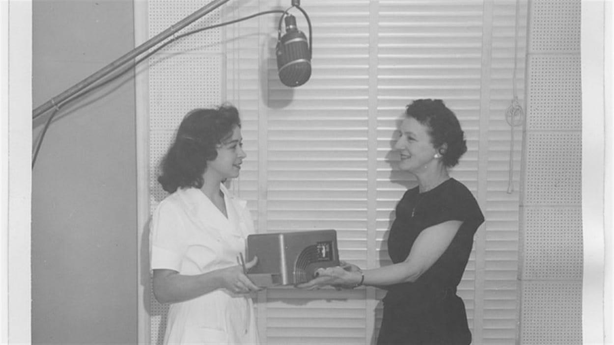 Lilianne Bergeron et Mme Arthur Vouriol en 1948. Lilianne Bergeron a été la première animatrice du Club des ménagères.