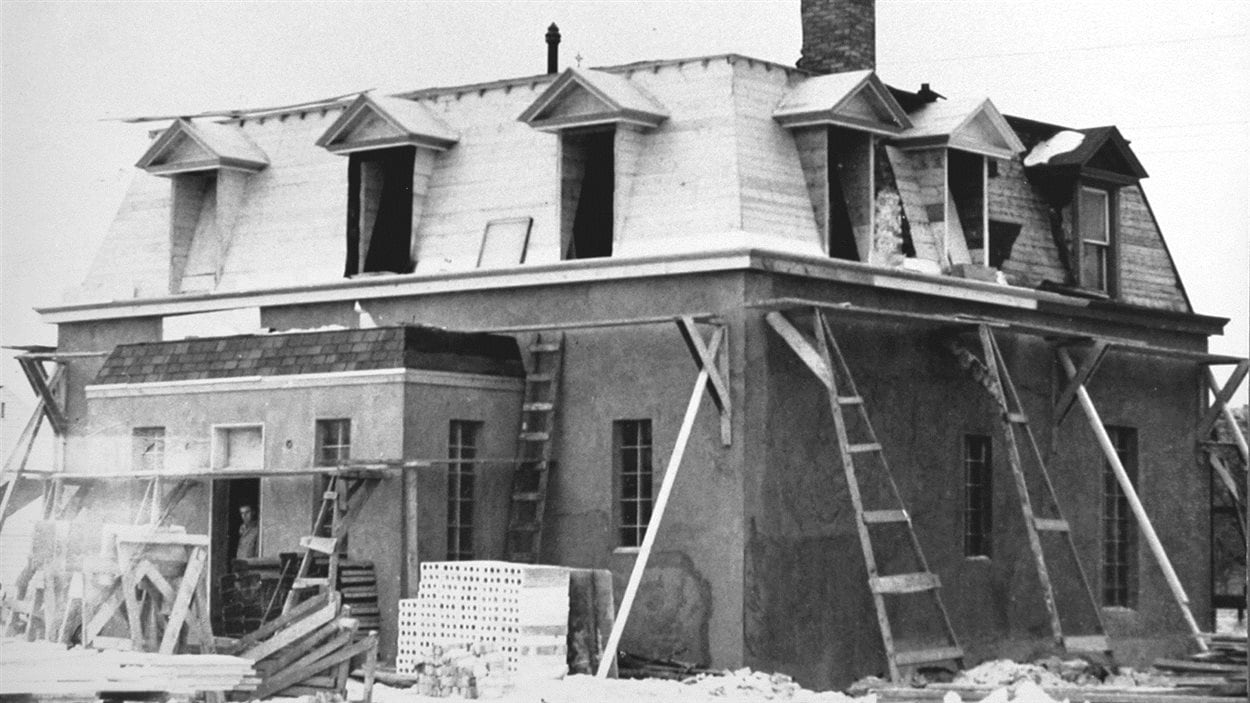 Aménagement des premiers studios de CKSB. Il s'agit de la transformation de l'ancienne chapelle des Martyrs Canadiens, 1945.